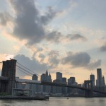Die Brooklyn Bridge vor der Kulisse von Downtown Manhattan